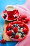 Świeże malinki, czarne jagody i kawa, Obrazy Royalty Free