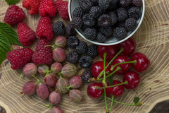 Świeże malinki, czernicy, agrest i wiśnia, Zdjęcie Stock