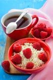 Świeże malinki na herbacie i curd Obrazy Stock