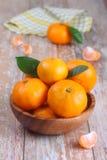 Świeże mandarynki na drewnianym stole Obraz Stock