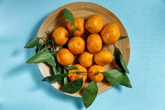 Świeże mandarynki z zielonym ulistnieniem Zdjęcia Stock