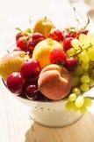 Świeże mieszane owoc, jagody w colander Miłości owoc, jagoda sunlight Obraz Royalty Free