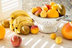 Świeże mieszane owoc w pucharze na lekkim backgound Fotografia Royalty Free