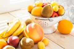 Świeże mieszane owoc w pucharze na lekkim backgound Zdjęcie Royalty Free