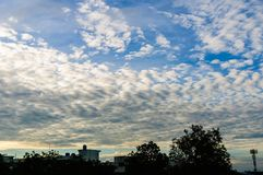 Świeże niebieskiego nieba i bielu chmury Fotografia Stock