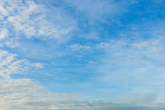 Świeże niebieskiego nieba i bielu chmury Zdjęcia Stock