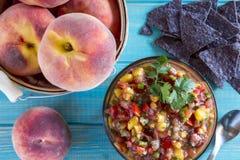 Świeże organicznie żółte brzoskwinie i brzoskwinia salsa Obraz Royalty Free