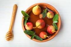 Świeże organicznie bonkrety z miodem w ceramicznym talerzu Obraz Royalty Free