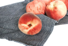 Świeże organicznie brzoskwinie na błękitnej tkaninie fotografia stock