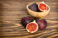 Świeże organicznie figi w pucharze obraz stock