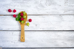 Świeże organicznie malinki i agresty w drewnianej łyżce  Zdjęcie Royalty Free