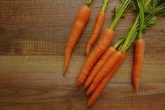 Świeże organicznie marchewki na drewnie Zdjęcia Royalty Free