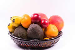 Świeże organicznie owoc w łozinowym koszu na białym tle z c obrazy stock