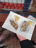 Świeże ostrygi na talerzu z Tabasco i cytryną fotografia stock