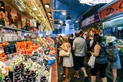 Świeże owoc Dla sprzedaży W Barcelona rynku Zdjęcia Royalty Free