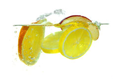 Świeże owoc spada w wodę Zdjęcia Stock