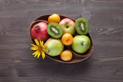 Świeże owoc w drewnianym naczyniu Zdjęcia Royalty Free