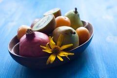 Świeże owoc w drewnianym naczyniu Obrazy Royalty Free