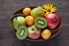 Świeże owoc w drewnianym naczyniu Zdjęcie Royalty Free