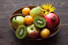 Świeże owoc w drewnianym naczyniu Zdjęcia Stock