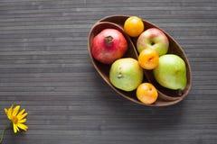 Świeże owoc w drewnianym naczyniu Obrazy Stock
