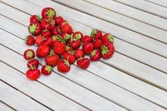 Świeże piękne truskawki w formie serca Zdjęcia Royalty Free