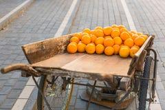 Świeże pomarańcze na rocznik drewnianej furze Zdjęcia Stock