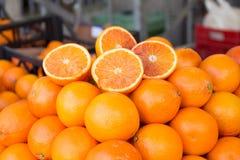 Świeże pomarańcze na rynku fotografia stock