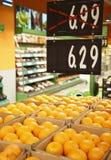 Świeże pomarańcze w sklep spożywczy z rabatami fotografia stock