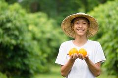 Świeże produkt owoc na średniorolnej ręce obrazy royalty free