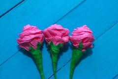 Świeże róże kwitną w promieniu światło na turkus malującym drewnianym tle Selekcyjna ostrość miejsce tekst Fotografia Royalty Free