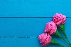 Świeże róże kwitną w promieniu światło na turkus malującym drewnianym tle Selekcyjna ostrość miejsce tekst Obrazy Royalty Free