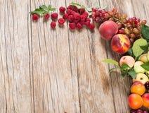 Świeże różnorodne owoc i jagody zdjęcie stock