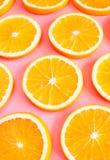 Świeże rżnięte pomarańcze na różowym tle fotografia royalty free