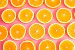 Świeże rżnięte pomarańcze na różowym tle obrazy royalty free