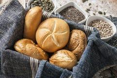Świeże rolki i świeżo piec makowego ziarna chleb Fotografia Royalty Free