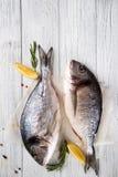 Świeże ryba z cytryną, zdjęcia royalty free
