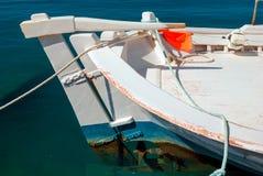 Świeże ryba z warzywami i tradycyjną łodzią w Egejskim zdjęcie royalty free