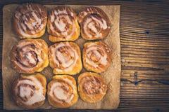Świeże słodkie domowej roboty cynamonowe babeczki Fotografia Stock