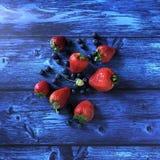 Świeże, słodkie jagody na nieociosanym drewnianym tle, obraz royalty free