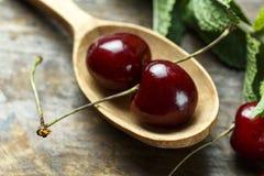 Świeże słodkie wiśnie w łyżce fotografia stock