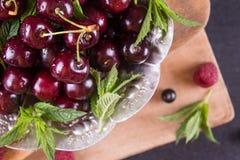 Świeże słodkie wiśnie z kroplami woda na tacy Selekcyjny focu zdjęcie stock