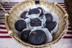 Świeże soczyste fig owoc kłamają na łozinowym talerzu Fotografia Stock