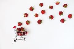 Świeże soczyste truskawki w karmowej furze na białym bac, zdjęcie stock