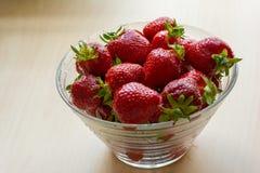 Świeże soczyste truskawki w szklanym pucharze hicks tło Odgórny widok miejsce tekst fotografia royalty free