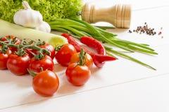 Świeże surowych warzyw pikantność na drewnianym stole Fotografia Stock