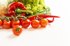 Świeże surowych warzyw pikantność na drewnianym stole Zdjęcie Stock