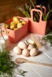 Świeże szparagowe grule i jajka na białym kuchennym stole obraz stock
