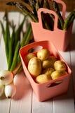 Świeże szparagowe grule i szczypiorki na białym kuchennym stole zdjęcia royalty free