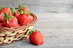 świeże truskawki Dojrzałe soczyste truskawki w łozinowym koszu na rocznika drewnianym stole i Naturalny źródło witaminy Obrazy Stock
